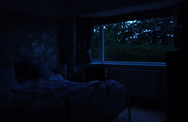 Dark-Bedroom-620x404.jpg.a3550ec2da5306508753439101c8a738.jpg